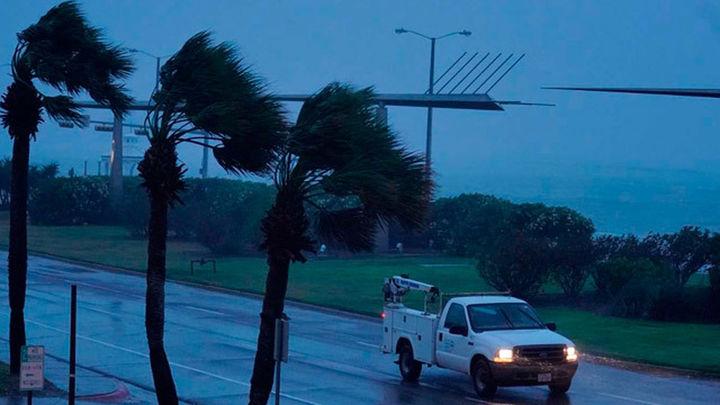 Harvey, de categoría 1, se mueve sobre Texas y arroja lluvias torrenciales