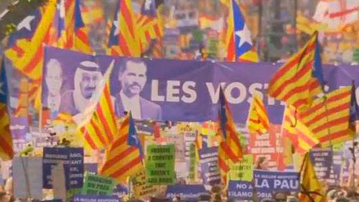 Pitos y gritos de 'fuera, fuera'  al Rey y al Gobierno durante la manifestación