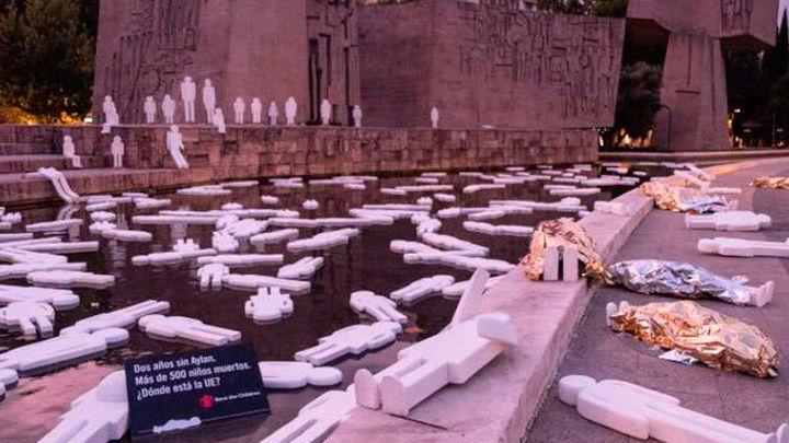 500 siluetas de niños recuerda en Colón a los niños ahogados en el Mediterráneo