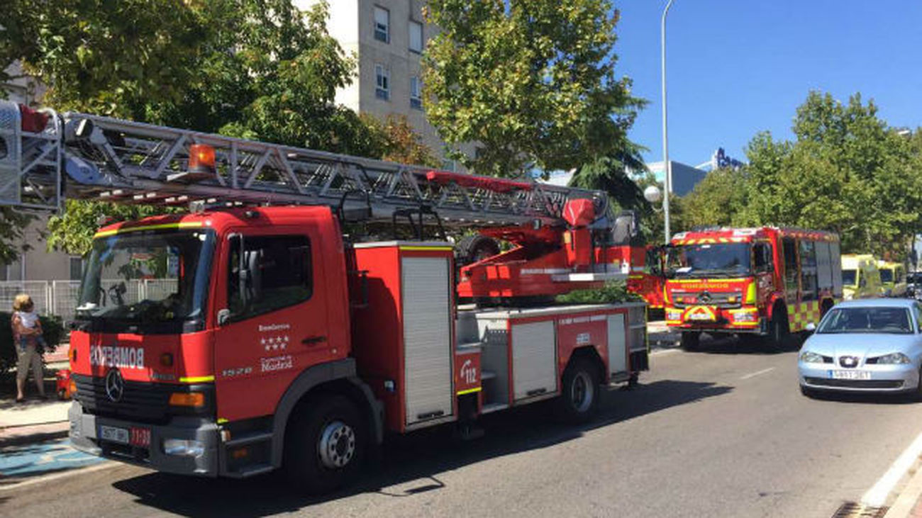 Bomberos en el incendio de Alcobendas