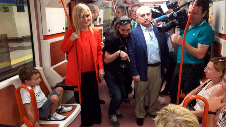 Cifuentes viaja en la línea 5 de Metro y presenta el plan de renovación de estaciones