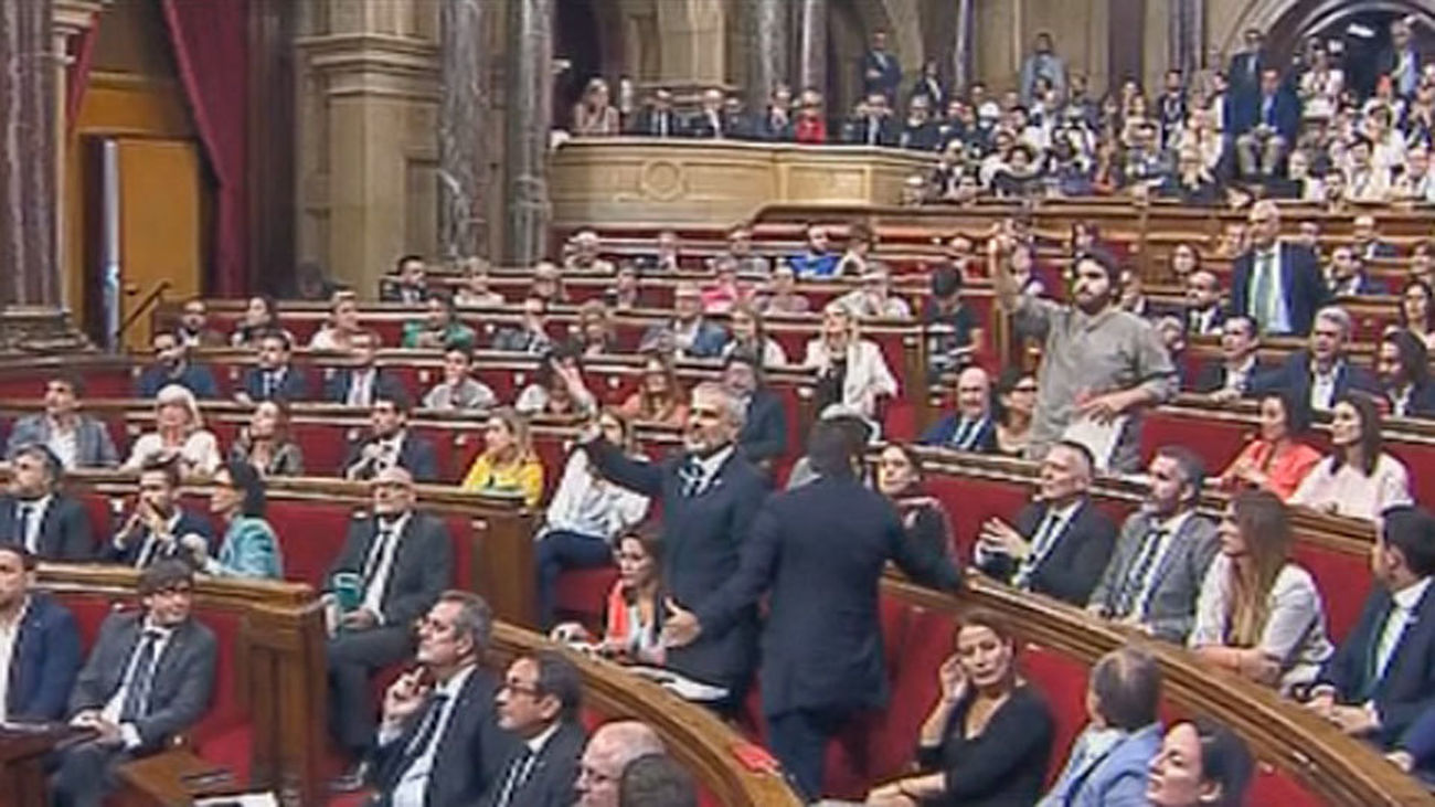 El Parlament impone debatir la Ley de Referéndum en medio de una gran bronca