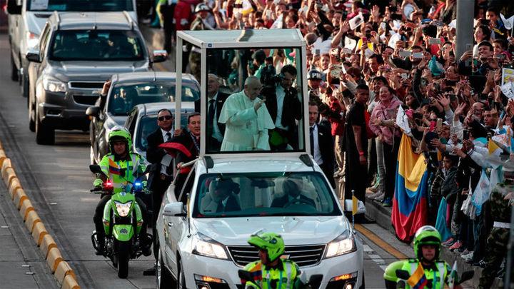 El Papa Francisco llega con su mensaje de paz a una Colombia que lo aclama