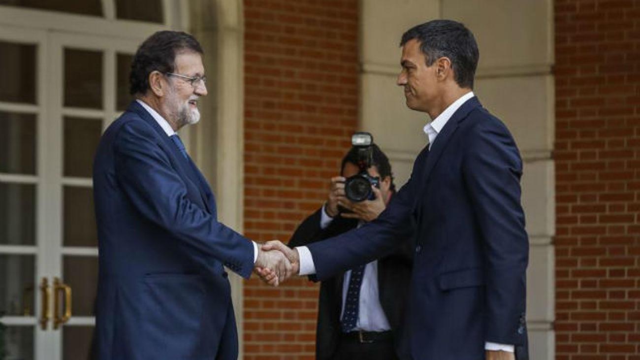 Sánchez apoya a Rajoy en defensa de la ley, pero insiste en la solución con el diálogo