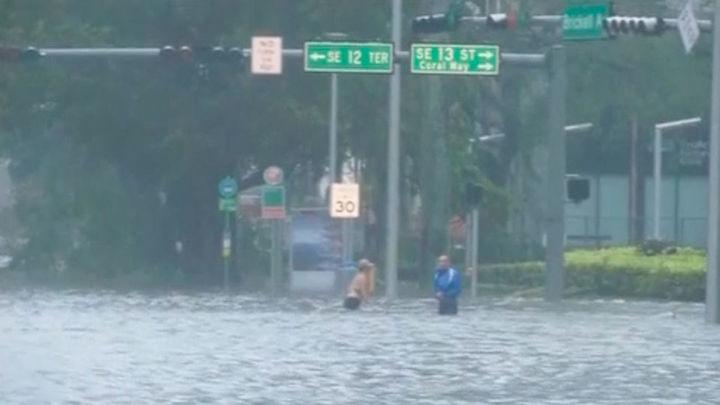 El huracán Irma se debilita junto a la costa suroeste de Florida