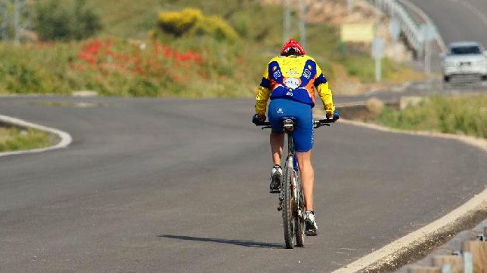 Un ciclista circula por carretera