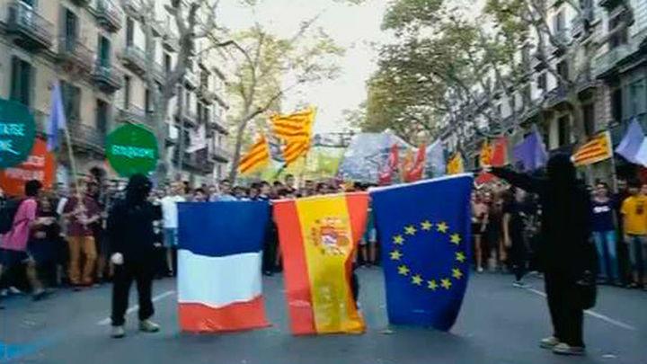 La CUP quema las banderas española, francesa y europea en la Diada