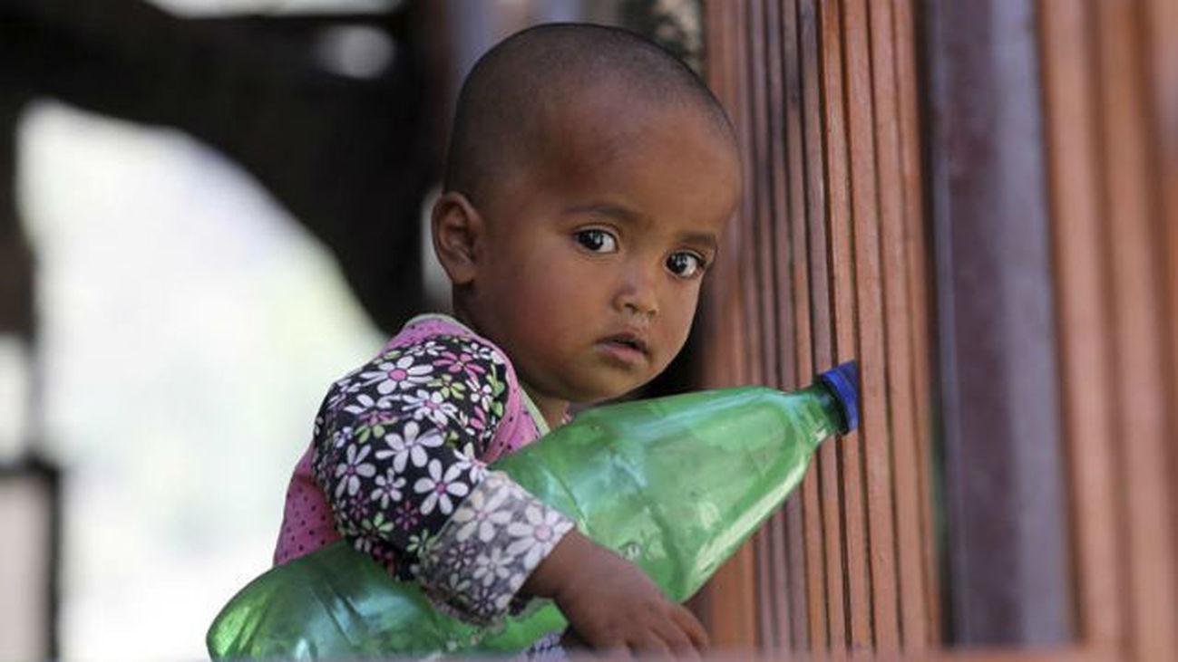 Un niño refugiado perteneciente a la minoría musulmana rohinyá