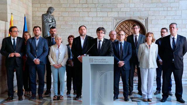 El presidente de la Generalitat de Cataluña, Carles Puigdemont, arropado por su Gobierno