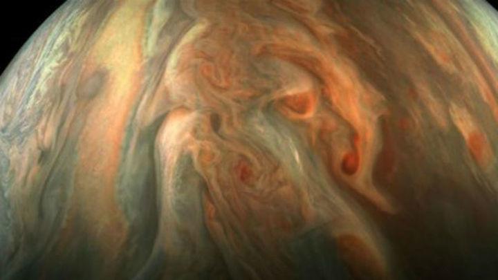 La sonda Juno capta imágenes de ciclones gigantes en el polo norte de Júpiter