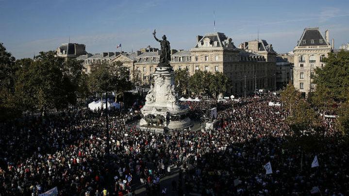 Decenas de miles de personas protestan en París contra las políticas de Macron