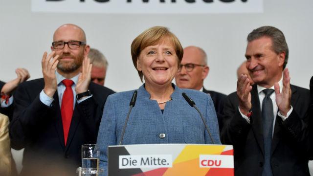 Merkel gana, los socialdemócratas se hunden y la ultraderecha irrumpe en el Bundestag