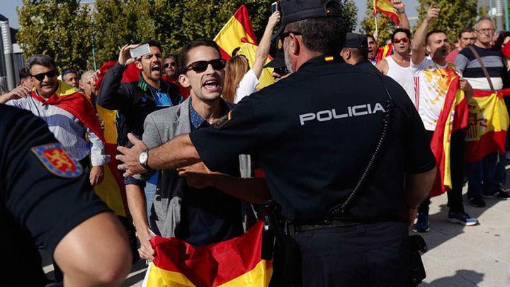 Cientos de manifestantes intentan entrar en el acto de Podemos en Zaragoza