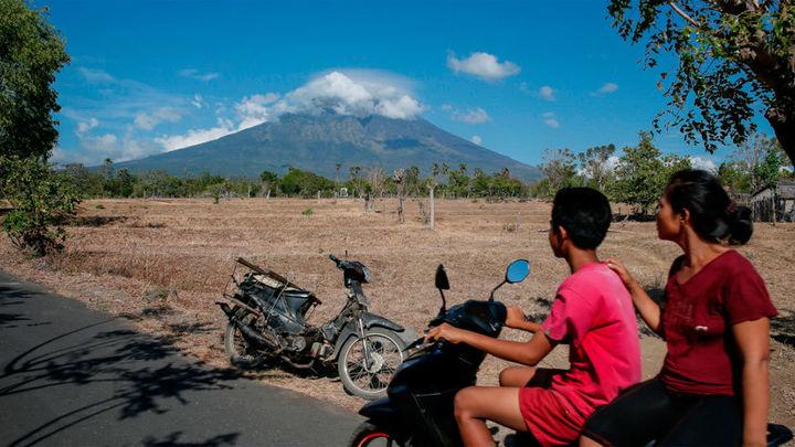 """El volcán Agung entra en """"fase crítica"""" con más de 75.000 evacuados en Bali"""