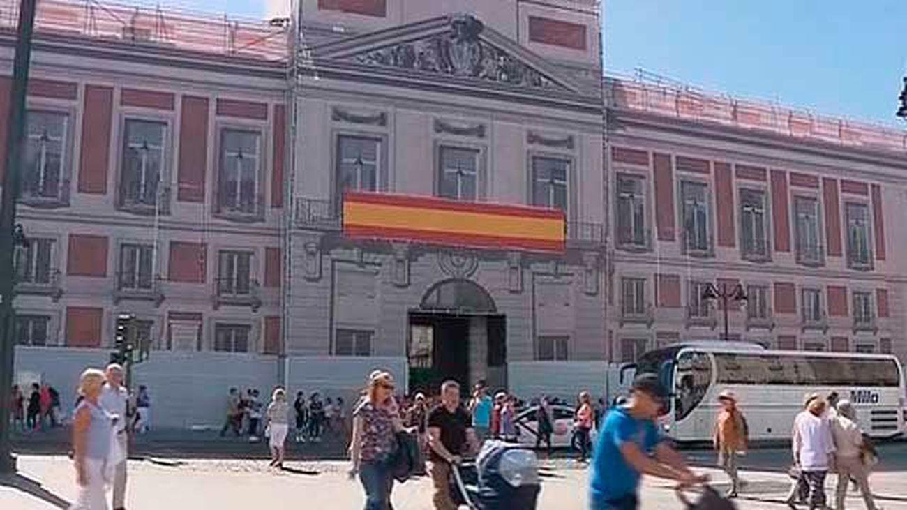 """Cifuentes despliega una bandera de España por la """"unidad"""" en la Real Casa  de Correos"""