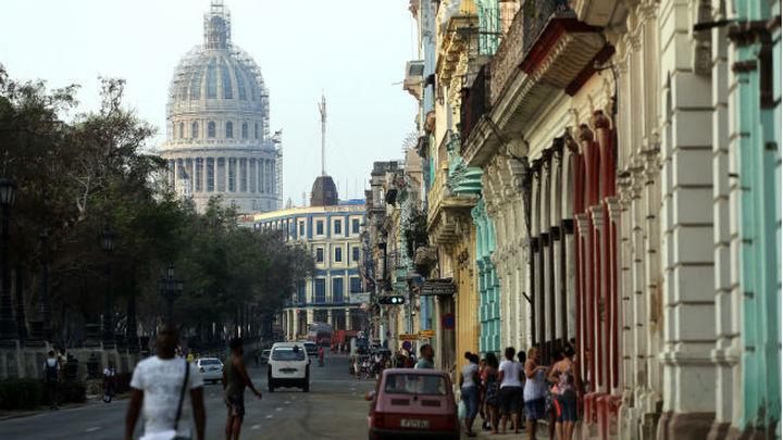"""EEUU ordena retirar a """"más de la mitad"""" del personal de su embajada en Cuba"""