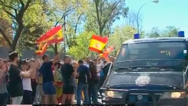 Zoido culpa a Puigdemont de alentar el acoso y el odio a policías y guardias civiles
