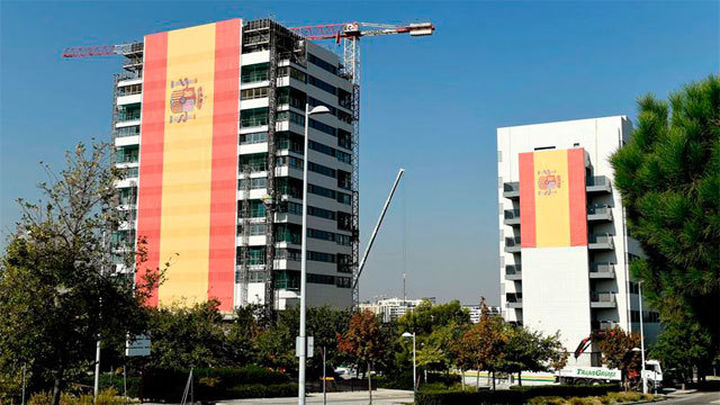 Un empresario cuelga en Valdebebas una bandera de 731  metros cuadrados
