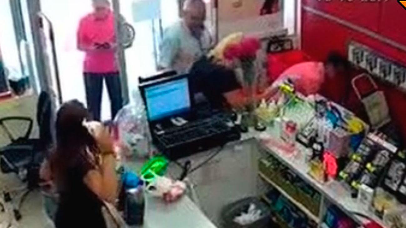 Se enfrentan a un atracador en Sevilla y frustran el robo de un comercio