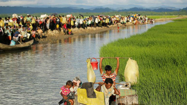 Cientos de refugiados rohinyás esperan en la frontera entre Birmania y Bangladesh