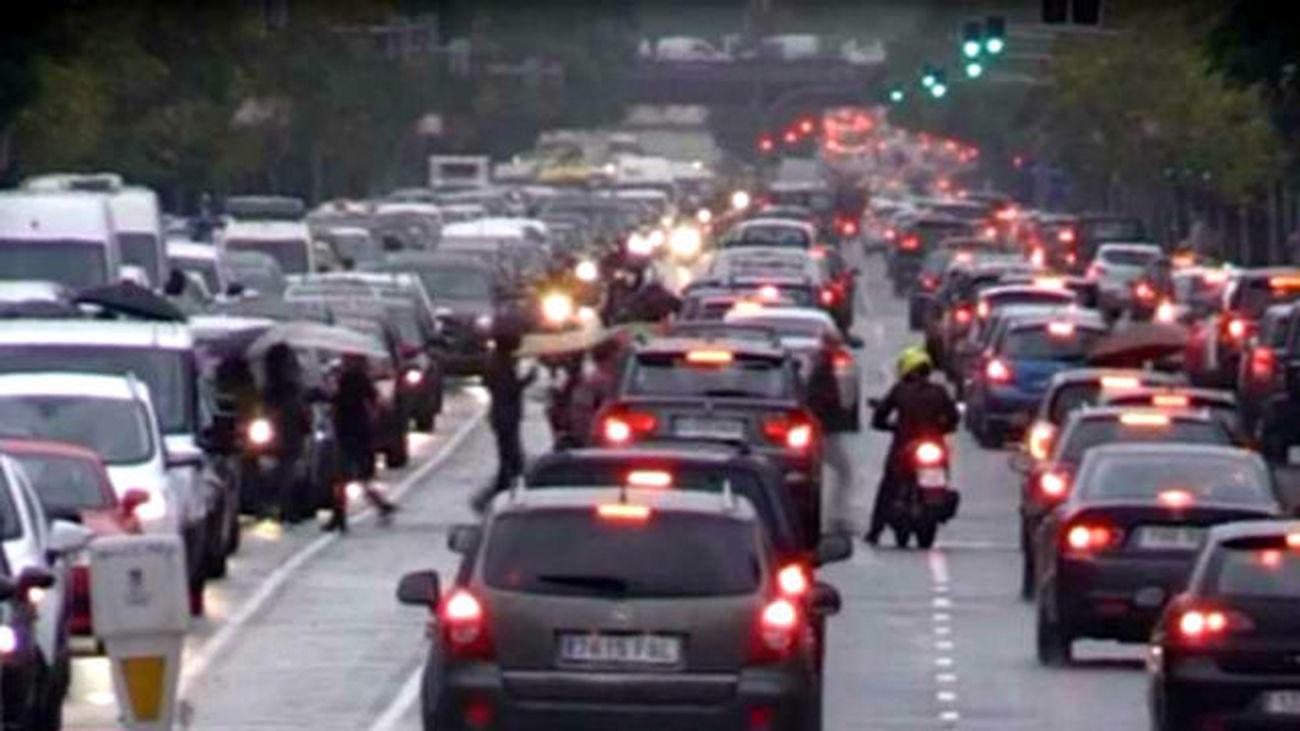 La lluvia complica el tráfico en Madrid hora por atascos y balsas de agua