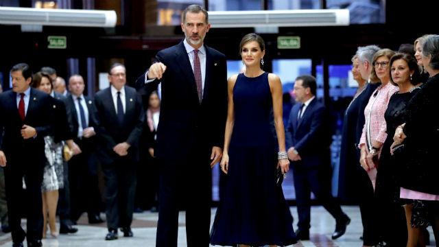 Los reyes Felipe y Letizia a su llegada al tradicional concierto de los Premios Princesa de Asturias