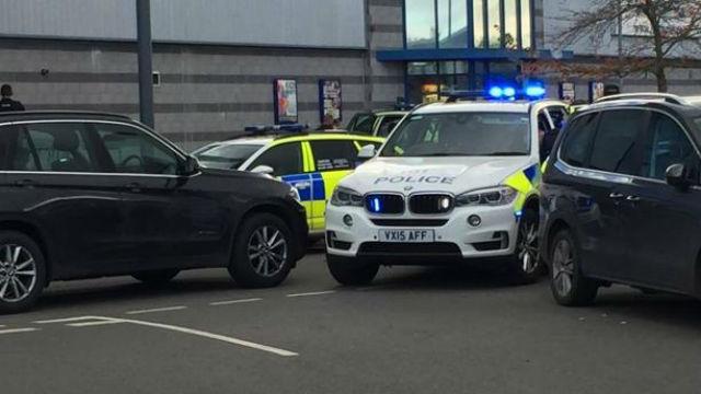 Un hombre armado toma dos rehenes en Reino Unido, sin relación con terrorismo