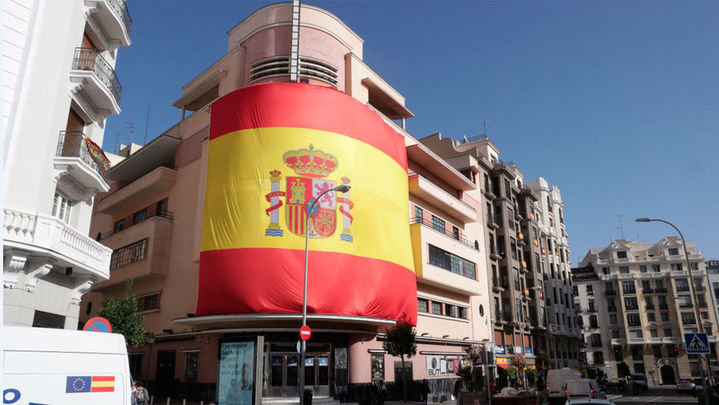 La Sala Barceló cubre su fachada con la bandera de España que ondeó en Colón