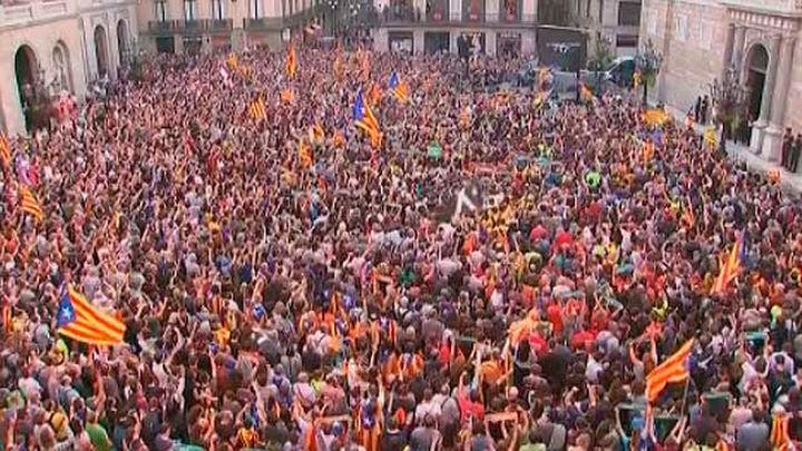 """""""Fuera la bandera española', reclaman los concentrados en la plaza Sant Jaume"""