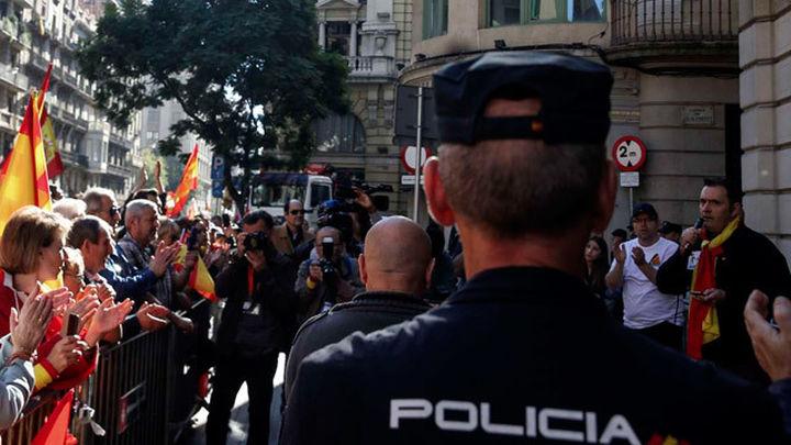 Cientos de personas muestran su apoyo a la Policía ante su sede en Barcelona