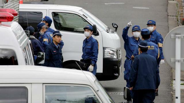 Investigadores policiales y policía forense vigilan el edificio de departamentos del suceso