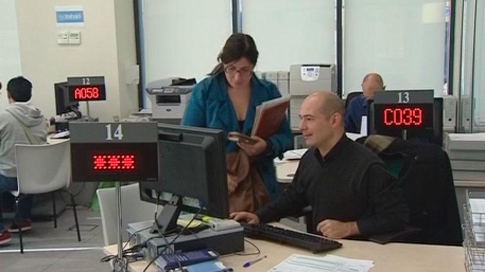 El desempleo se dispara en catalu a con parados m s for Oficina de paro madrid