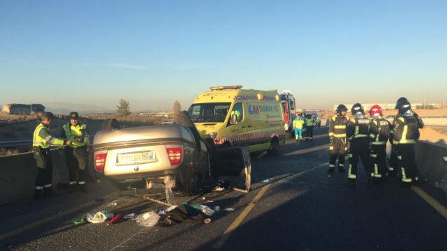 Dos heridos leves al volcar su vehículo en la A-5 en Móstoles