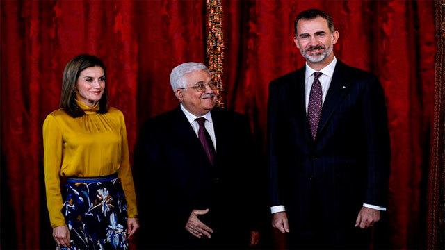 Los reyes Felipe y Letizia junto al presidente palestino, Mahmud Abás, quien inicia hoy una visita a España