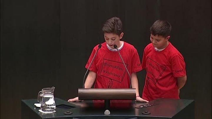 Los niños madrileños piden en el Pleno de Cibeles aseos  públicos, bolsas para las cacas caninas y fuentes en parques