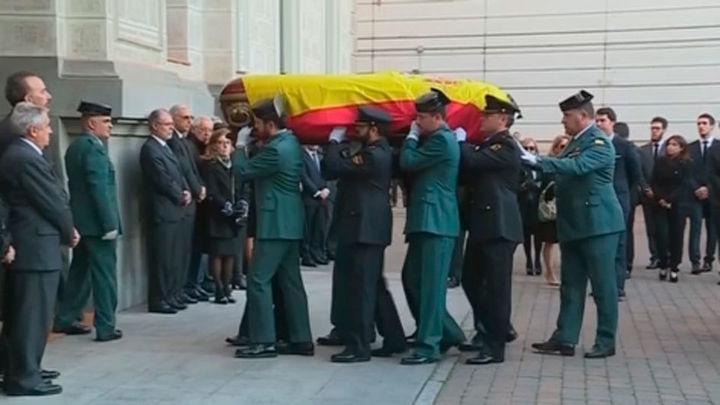 El Rey, el Gobierno y la cúpula judicial y fiscal dan el último adiós a Maza