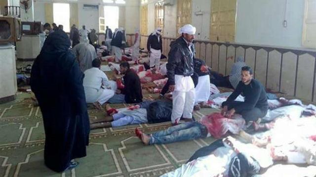 Varias personas permanecen junto a cuerpos sin vida en el interior una mezquita contra la que se ha perpetrado un ataque, en l