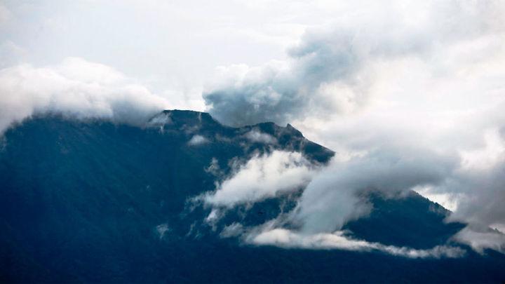 """El volcán Agung, en Bali, sigue """"muy activo"""" y la lava llena parte del cráter"""