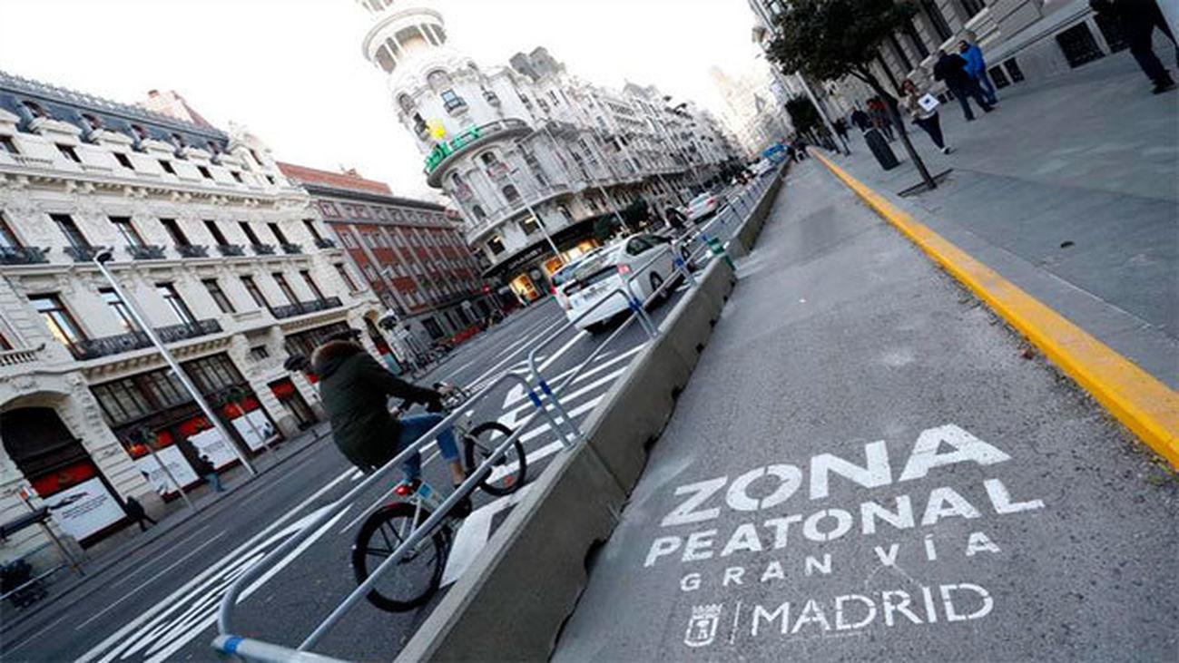 Vista de la zona peatonal en la Gran Vía de Madrid