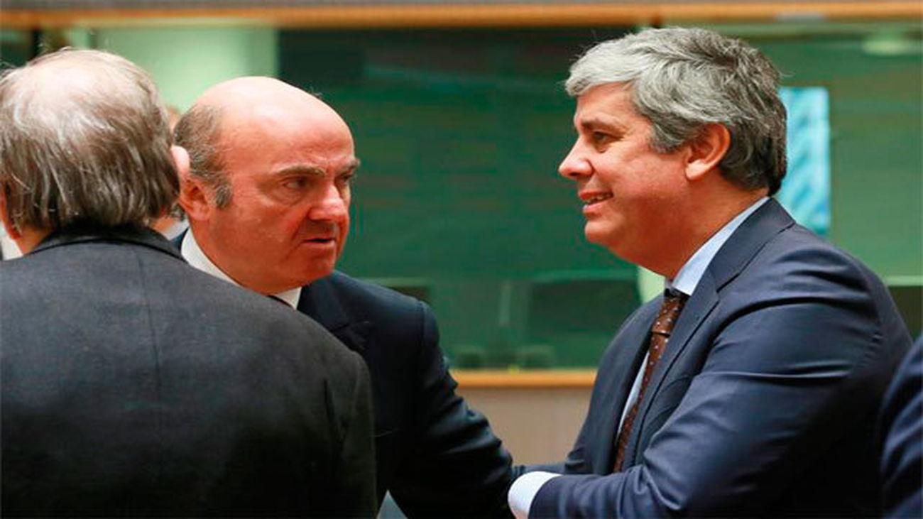 Luis de Guindos charla con el nuevo presidente del Eurogrupo, el ministro de Finanzas portugués, Mário Centeno