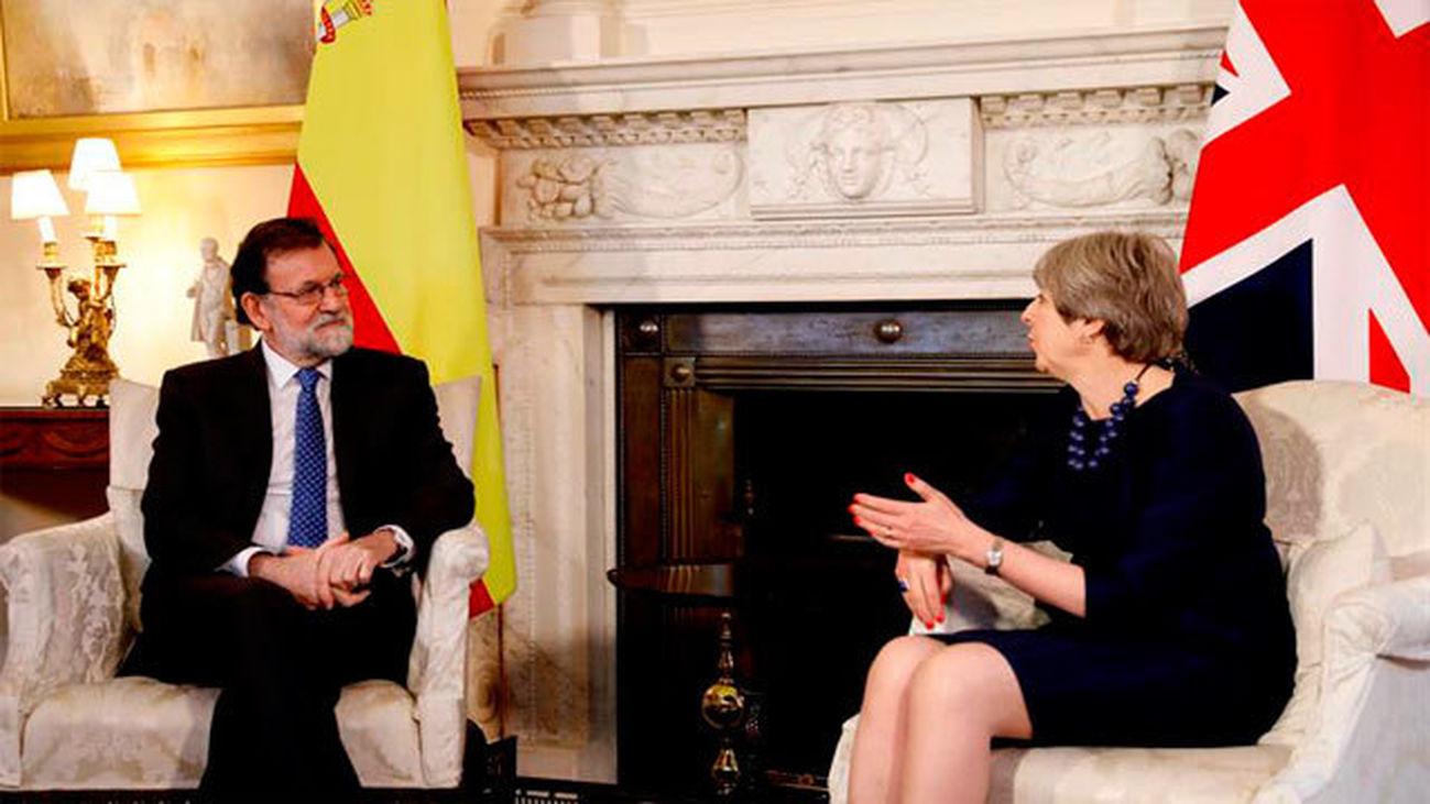 """May certifica el apoyo a Rajoy en Cataluña y ambos esperan avances del """"brexit"""""""