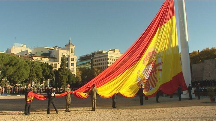 Pastor y García-Escudero presiden el izado de la bandera en la plaza de Colón
