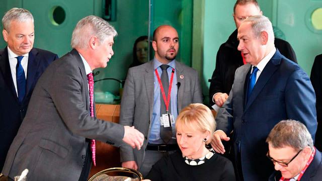 El ministro español de Exteriores, Alfonso Dastis, estrecha la mano del primer ministro israelí, Benjamin Netanyahu