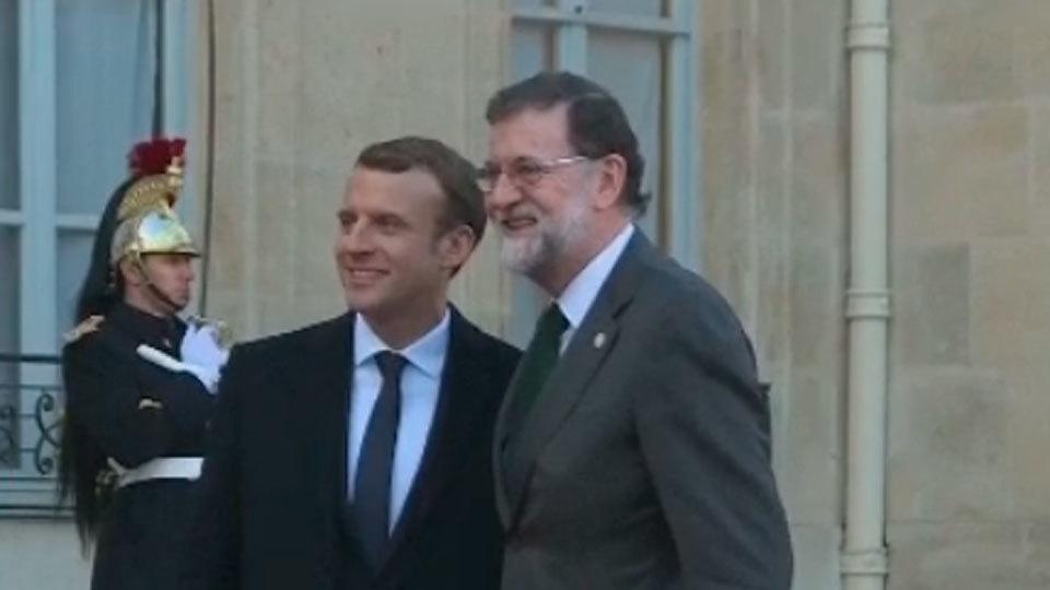 Mariano Rajoy es recibido por Enmanuel Macron en París