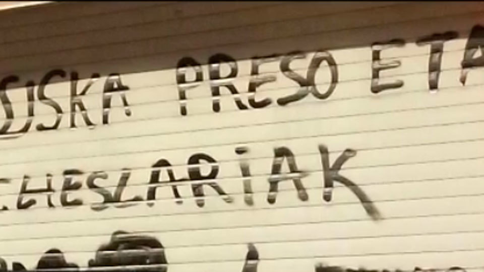 Pintadas a favor de los presos etarras en el instituto Newton del barrio del Pilar