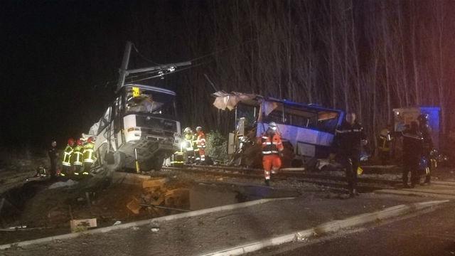 Cuatro niños muertos y 11 heridos por la colisión de un tren y un bus escolar francés