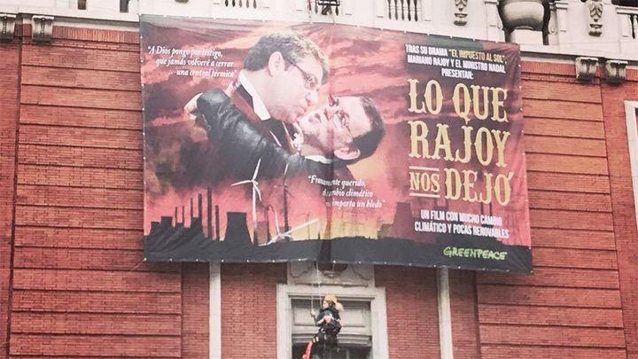 """Greenpeace denuncia en Gran Vía el """"impuesto al sol"""" con un cartel de Rajoy a lo Escarlata O'Hara"""