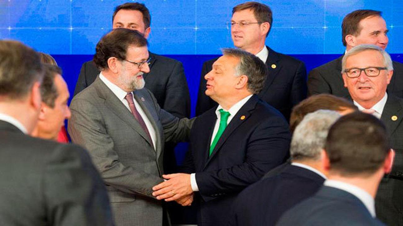 Mariano Rajoy conversa con Viktor Orbán, Primer Ministro de Hungría, durante la foto de familia en la cumbre de los líderes de