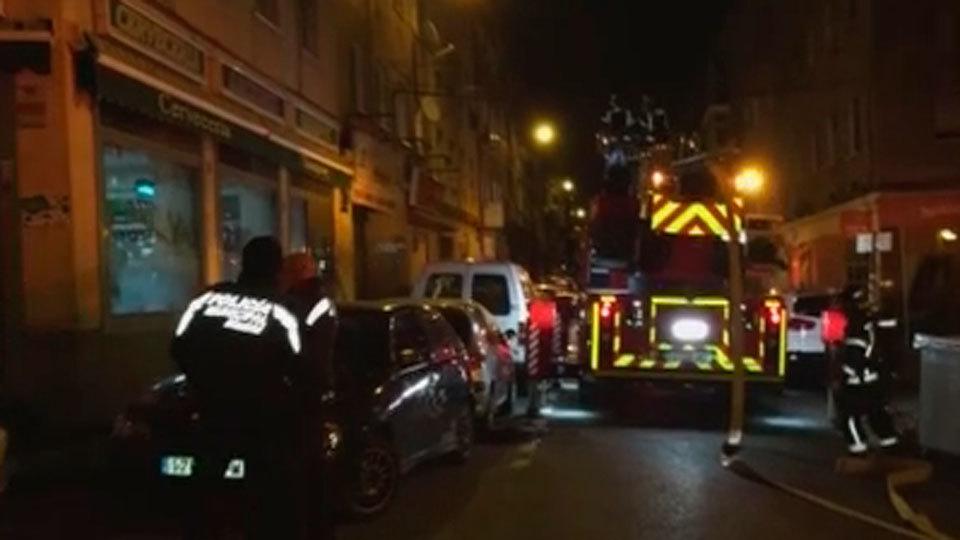 Desalojados tres bloques de viviendas en Lucero por un incendio en un bar