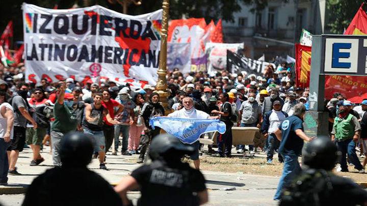Argentina aprueba la reforma de pensiones tras horas de violencia en las calles